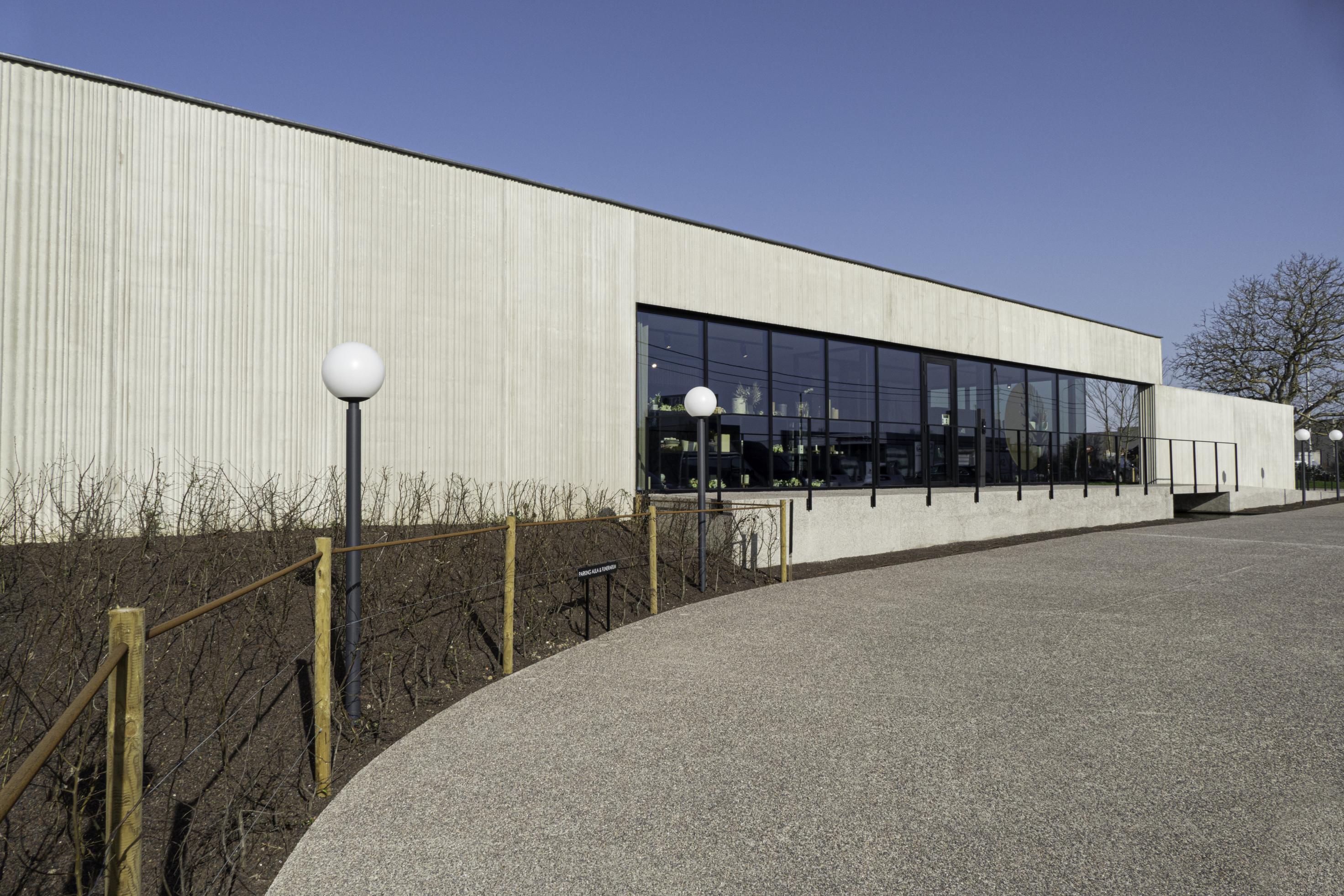 Uitvaartzorg Commeyne. Bedrijfsgebouw. Industriebouw. KMO-gebouw. Kantoongebouw. Showroom.