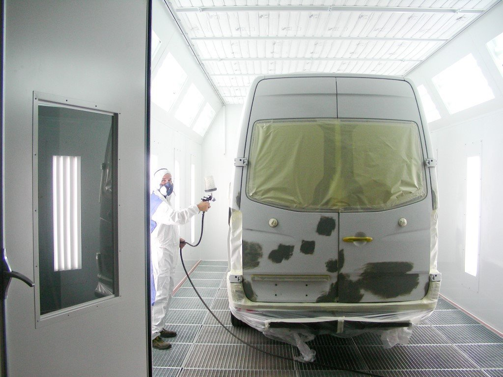 Dry filter spray booth with frequency corrector for vans, light commercial vehicles and special vehicles
