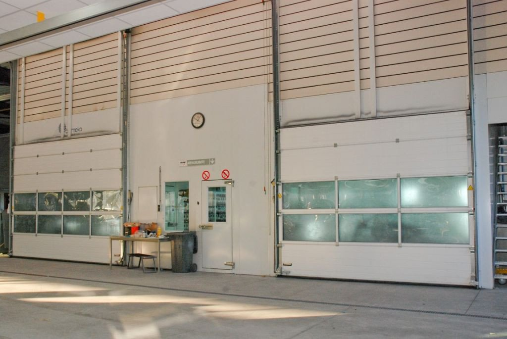 Paint finishing machinery: 2 paintbooths with roller door
