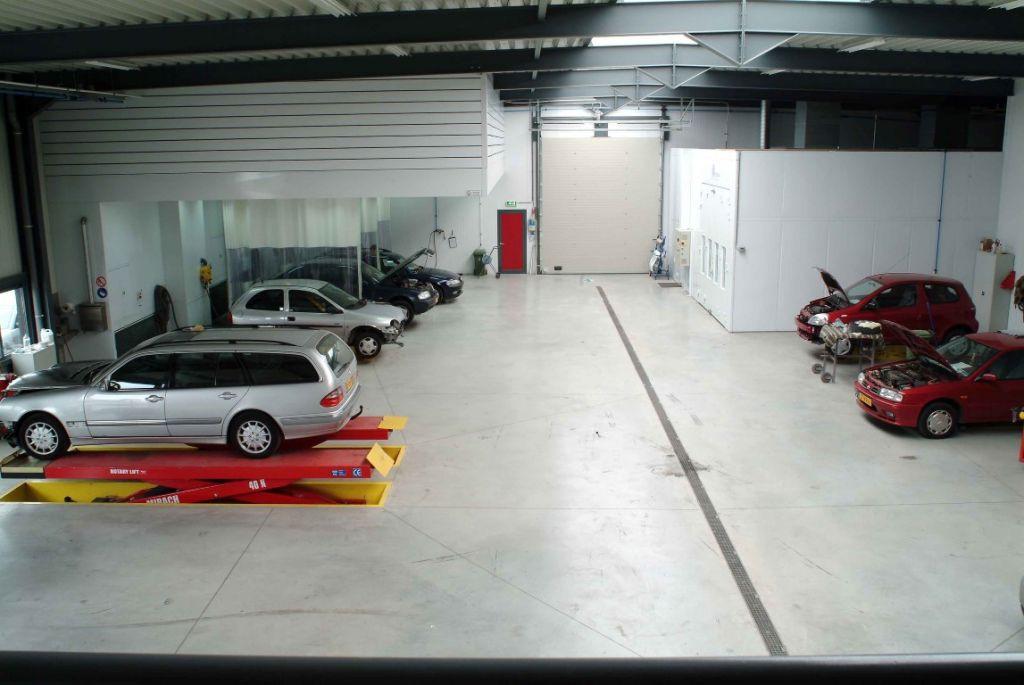 Installation complète d'une carrosserie: aires de préparation, aires de ponçage, cabine de peinture et labo