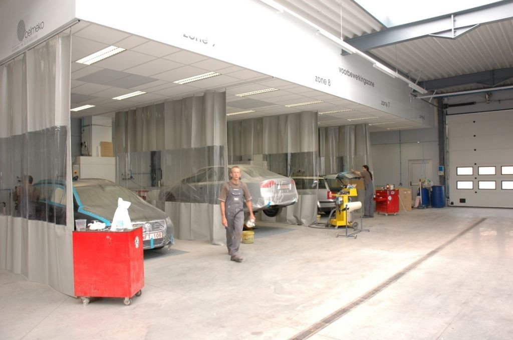 Preparation and sanding bays with integrated car lifts