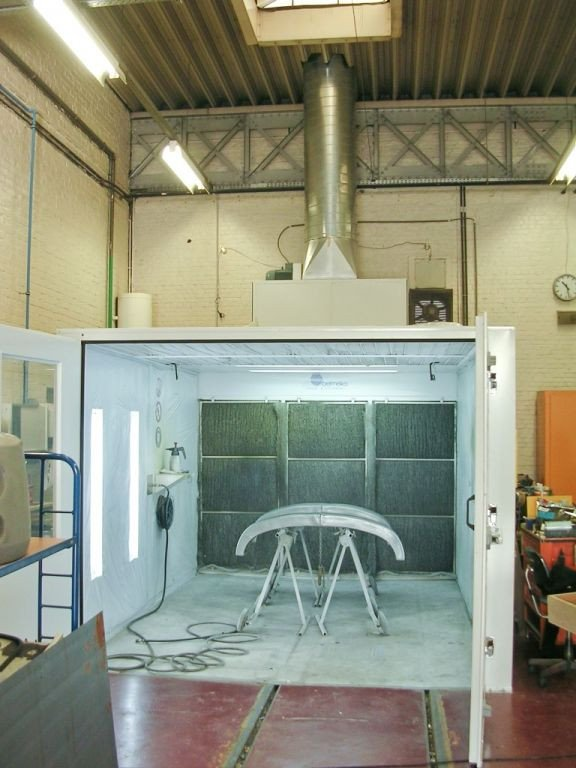 Small spraybooth with active carbon filtration system