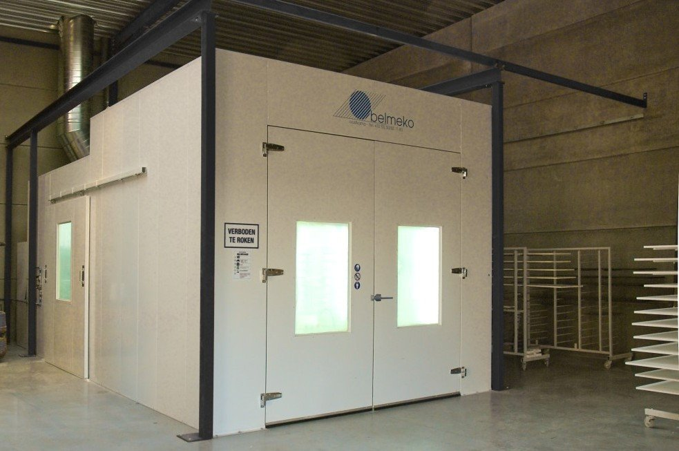 Spray booth oven having diagonal air flow, used for varnishing as well
