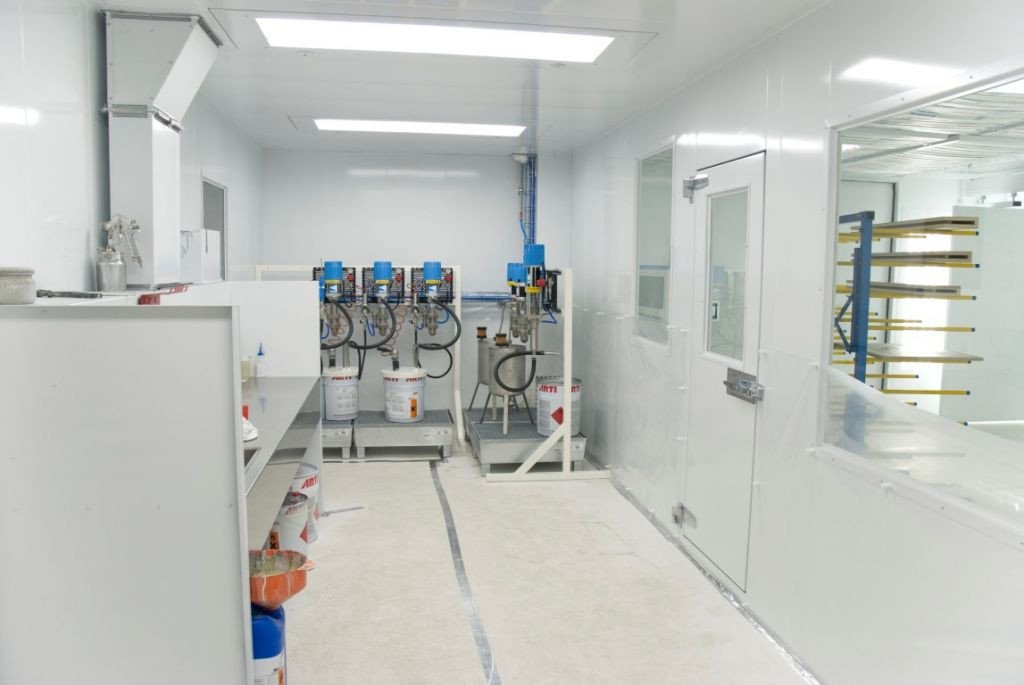Paint laboratory with direct access to the spray room