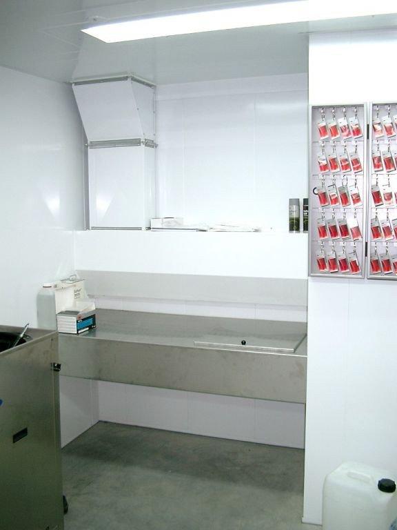 Table ventilée sur mesure en inox avec un réservoir à solvant à couvercle