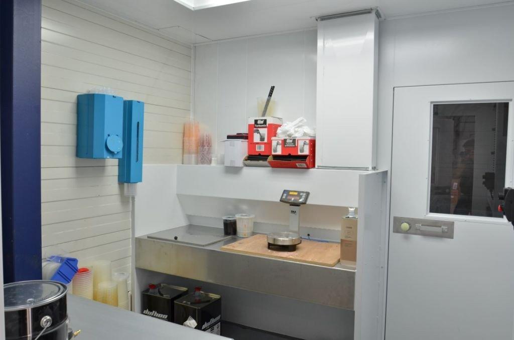 Table ventilée dans une laboratoire de préparation des teintes