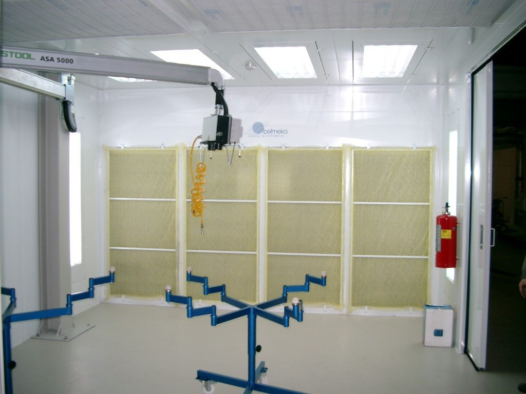 Dust containment booth