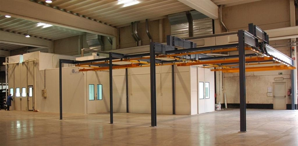 Paint shop: conveyor spraybooth with drying room and a separate high spray booth