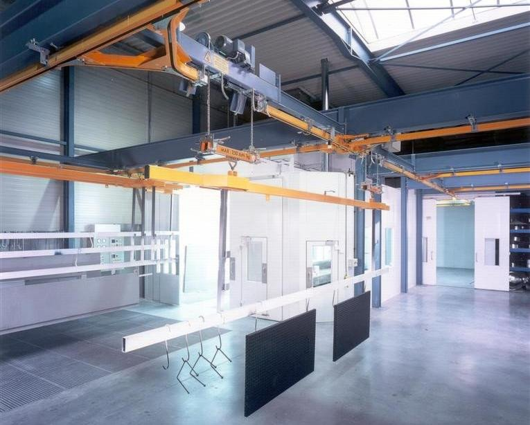 Liquid coating line that consists of paintbooth, drying booth, mixing room and manual conveyor
