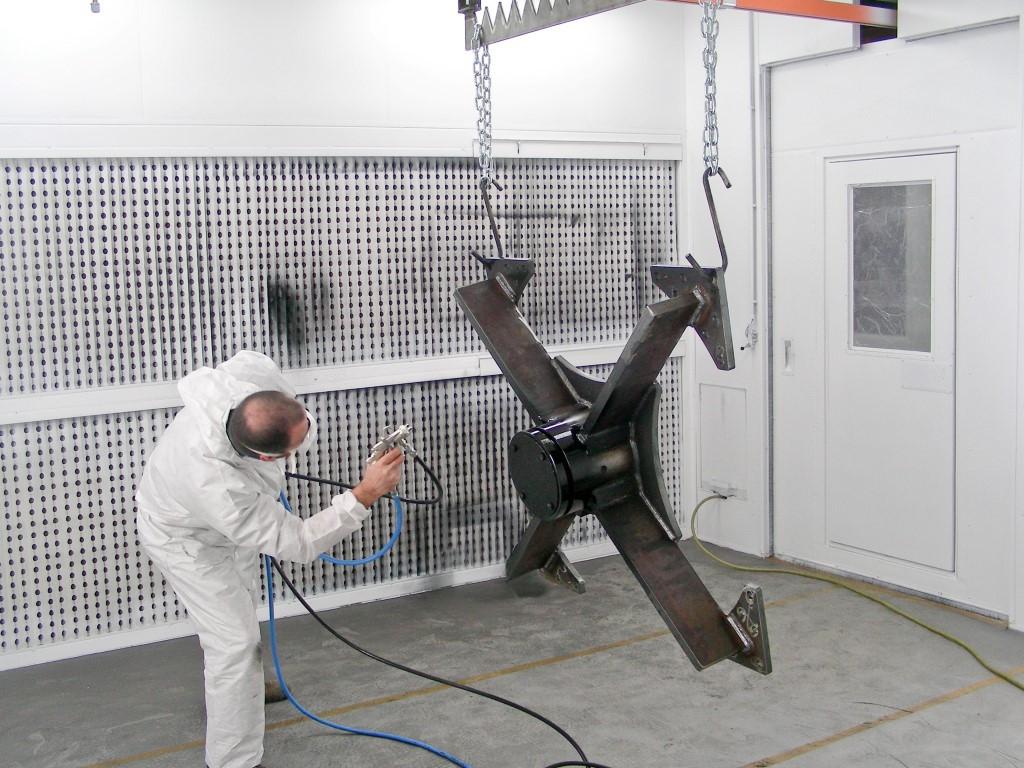 Spuitcabine met manuele rail om gemakkelijk hangende stukken te lakken