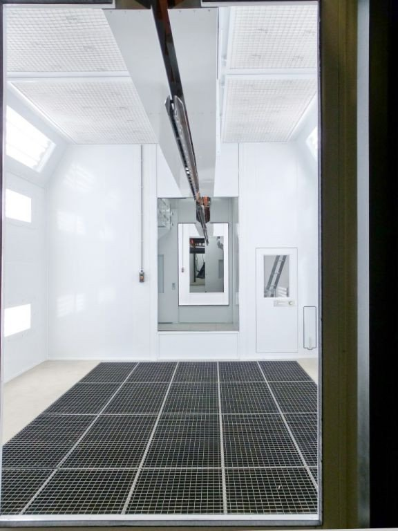 Vertical ventilation in a spraybooth with power & free conveyor