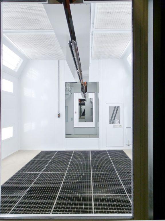 Verticale ventilatie in spuitcabine met power&free conveyor