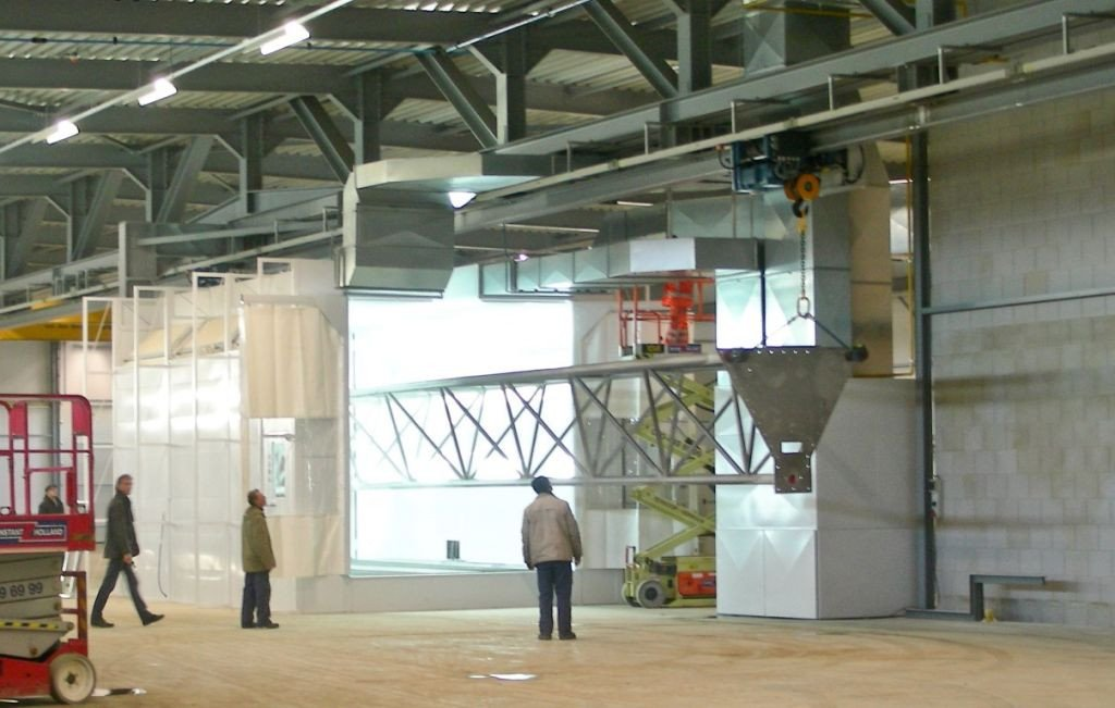 Spray booth with a groove to bring in heavy pieces with a pulley block or overhead cranes
