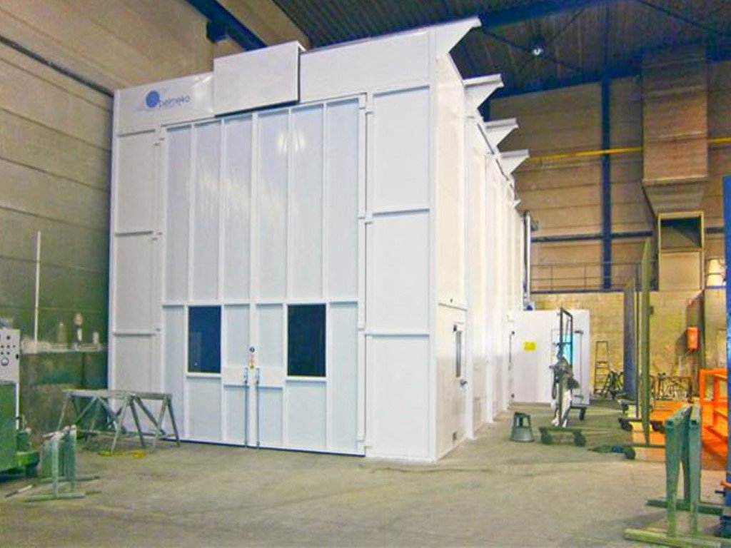 High spray cabin for large machines
