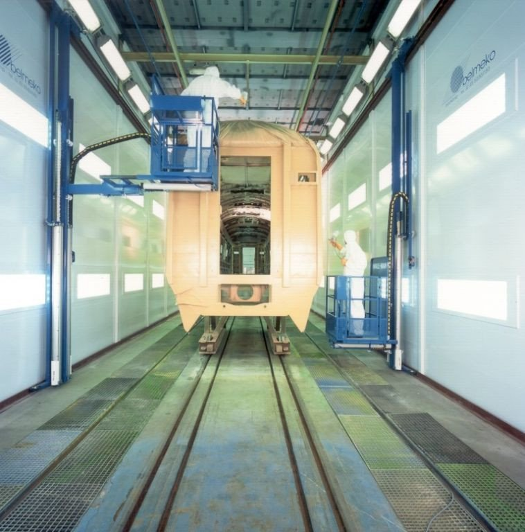 Spraybooth for railway industry with a Wall-man = pneumatic work platform