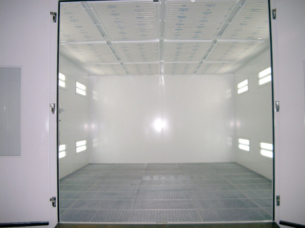 Spuitcabine met dubbele draaideur en vertikale ventilatie