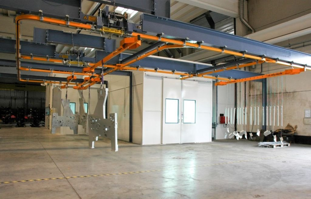 Totale spuitinstallatie: spuitcabine met droogkamer, verflabo, monorail en aparte onderdrukcabine