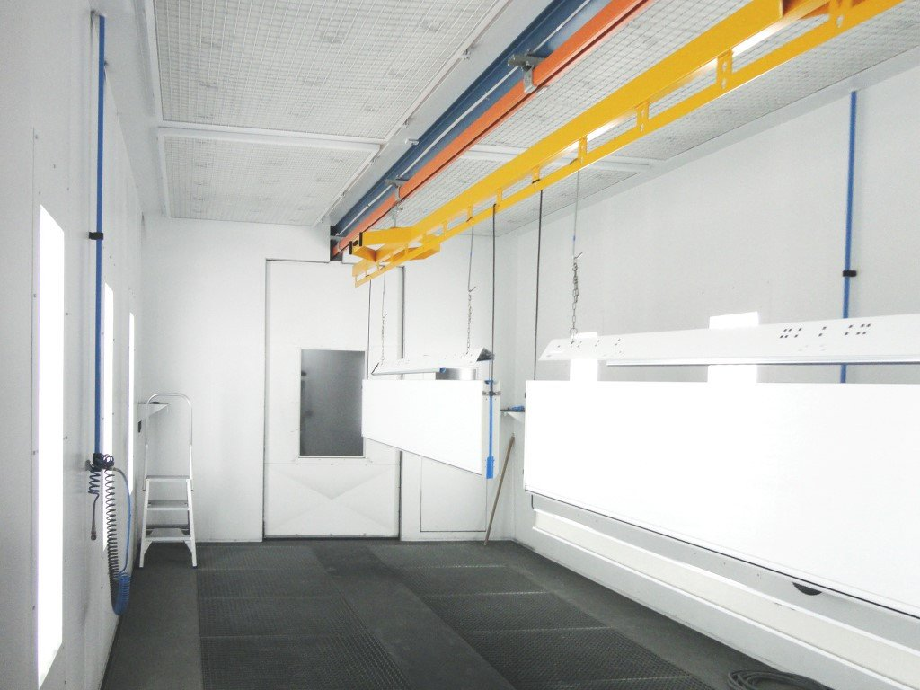 Coating metal sheets on a conveyor in a spraybooth