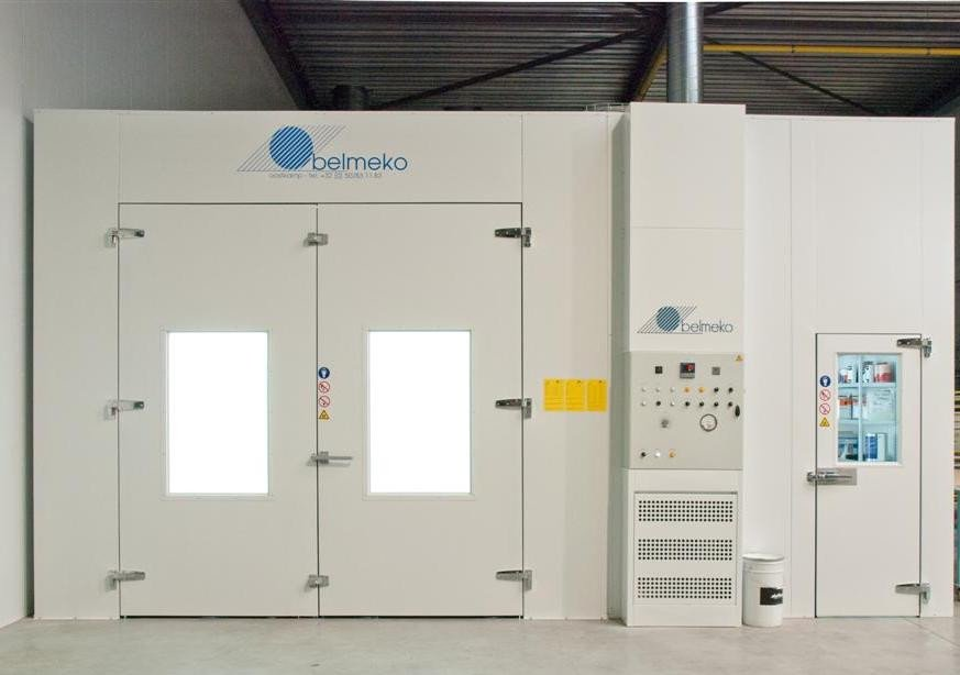 Spray booth oven with mixing room