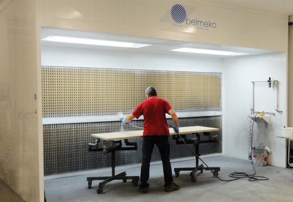 Open paint booth with 2 side walls and ceiling for optimal light and ventilation. Low cost for high efficiency.