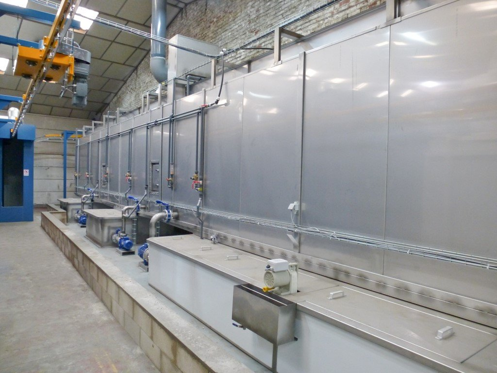 Degreasing and phosphating in a spray tunnel built in stainless steel