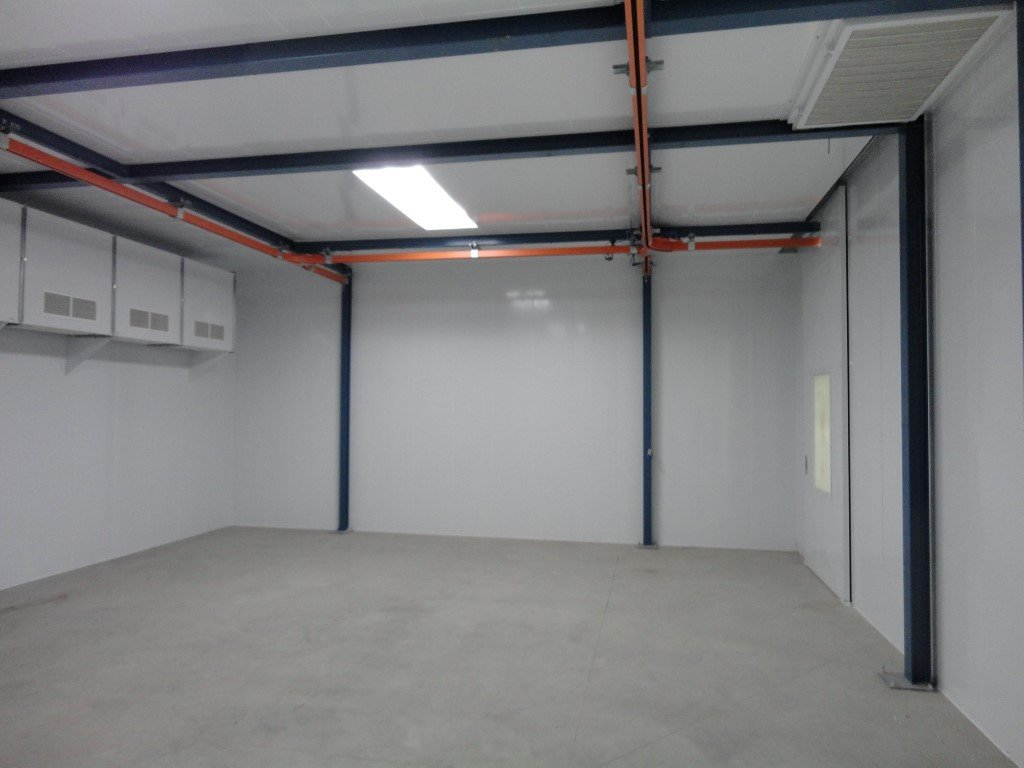Wet paint drying oven with conveyor