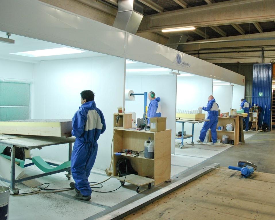 Verschillende werkposten naast elkaar bij een beddenfabrikant