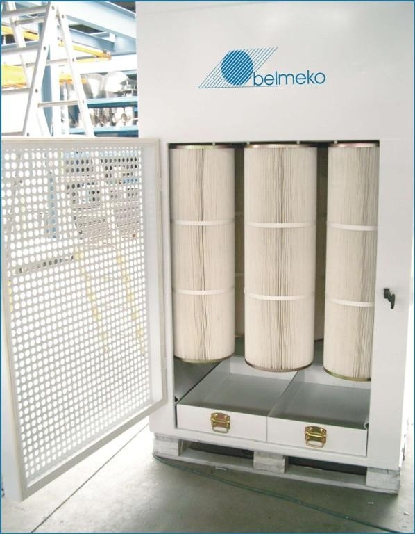 Powder coating booth with cartridge recovery