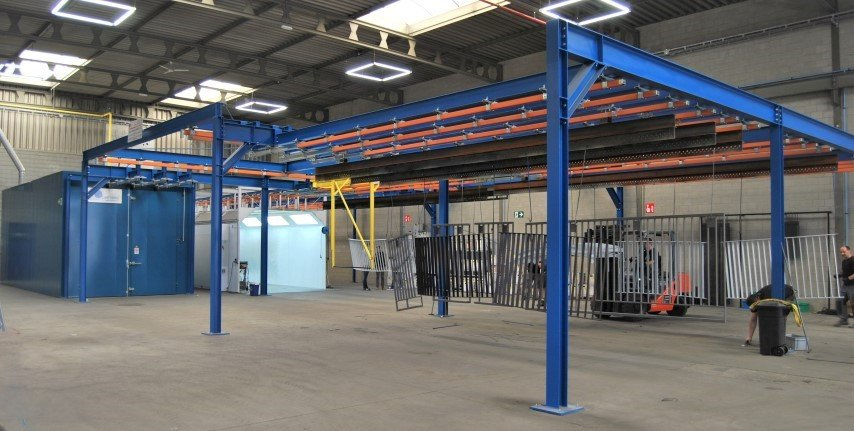 Powder coating line designed voor heavy duty pieces