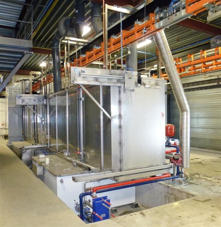 Spray pretreatment system done by a washing chamber with automatic doors