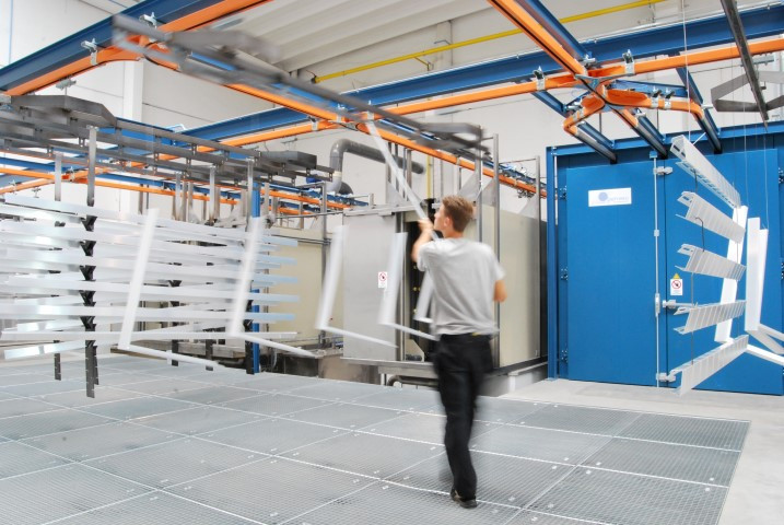 Monorail system equipped with waiting zones between oven and multi section washing chamber system