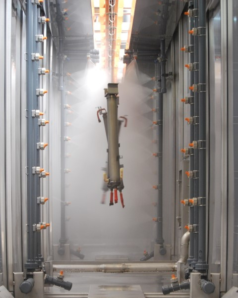 Treatment tunnel using spray systems for degreasing steel products