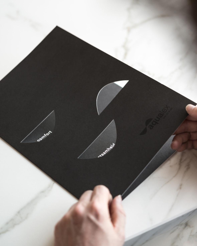 De gebruikte kapvorm geeft een bijzonder accent aan de brochure