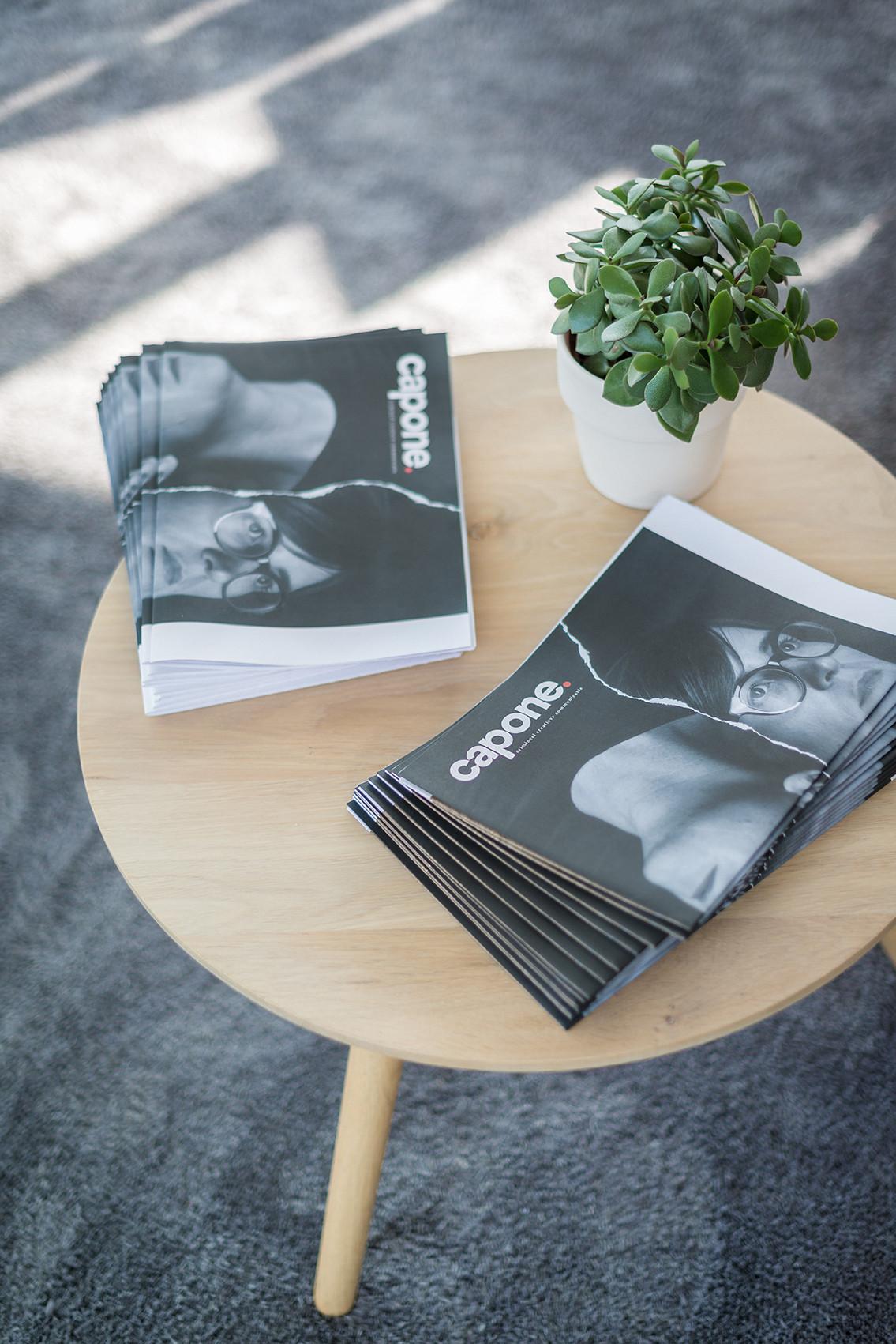 Enkele exemplaren van het magazine van communicatiebureau Capone