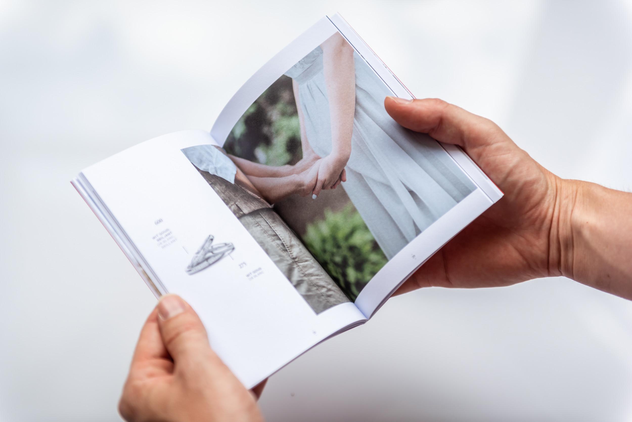 Fotografie en lay-out vormen een mooi geheel in deze folder van DUO Trouwringen
