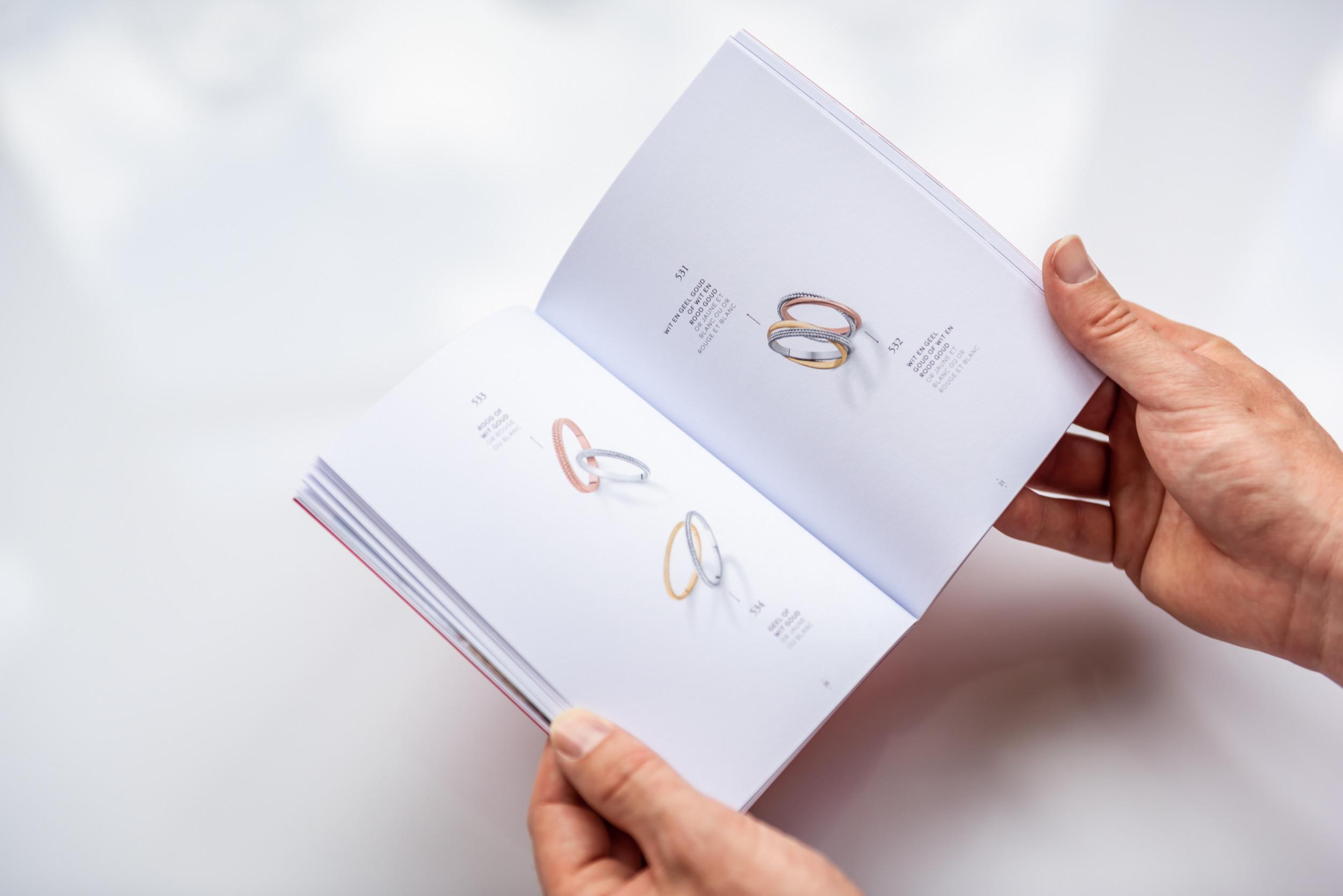 Door het sterke gebruik van witruimtes, komen de trouwringen perfect tot hun recht in deze brochure
