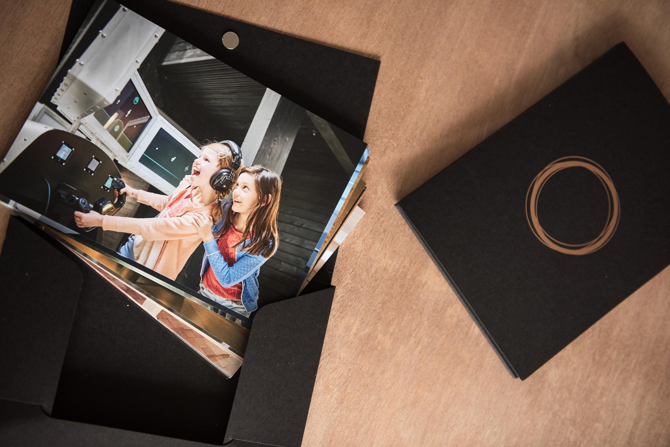 Op zoek naar bijzonder grafisch ontwerp, zoals dit doosje met fiches voor Ocular? Neem contact op met communicatiebureau Capone.