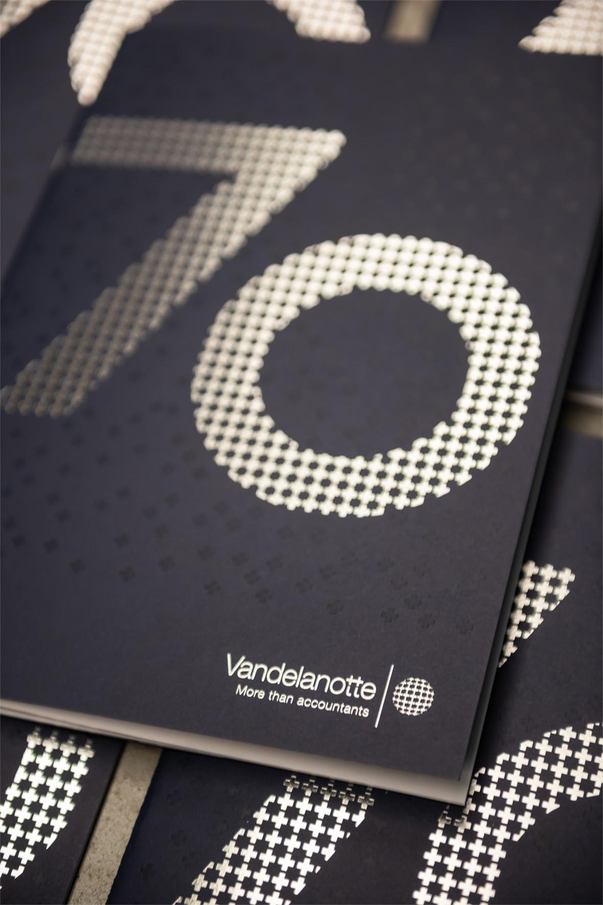 Voor drukwerk gaan we graag op zoek naar iets speciaals, zoals in deze verjaardagseditie van het bedrijfsmagazine van Vandelanotte