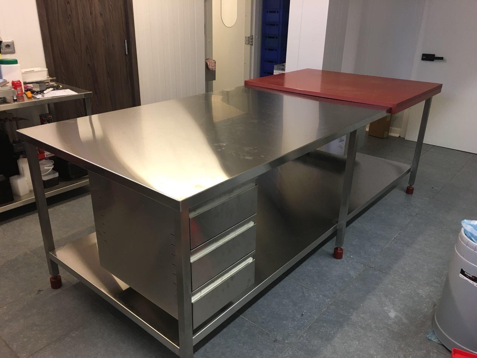 Als dé specialist in inoxconstructies zijn we wederom fier op deze mooie en unieke snijtafel en...