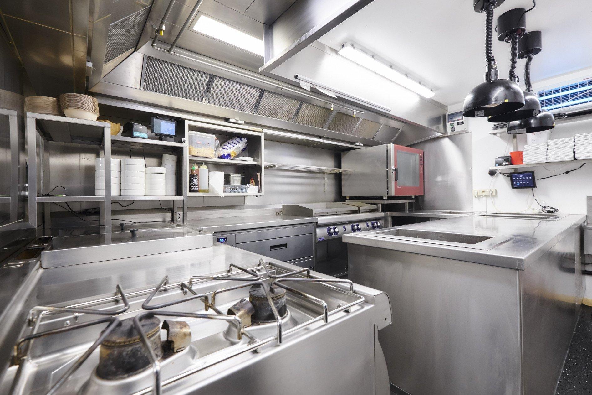 Een keuken in een kelder is nooit eenvoudig, toch zijn we er terug aardig in geslaagd er een...