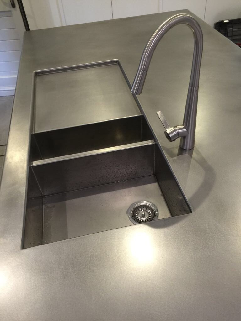 Dit Inox werkblad met ingelaste spoelbak -werd gerealiseerd voor een privékeuken. De klant...