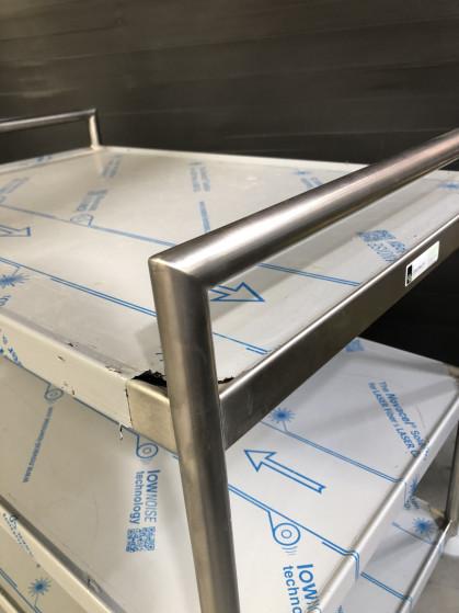 Volledig gelaste inox transportkar met handvat dia 27mm in verstek gelast. Voorzien...