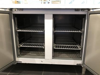 Nieuwe gekoelde werktafel voor horeca of traiteur. Wordt verkocht met 1 jaar garantie op service...