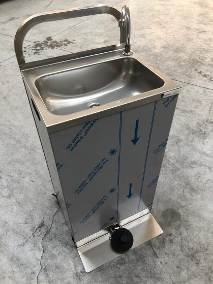 Deze mobiele wasbak met pedaalbediening wordt geleverd met 2 x 13 liter jerrycans voor schoon...