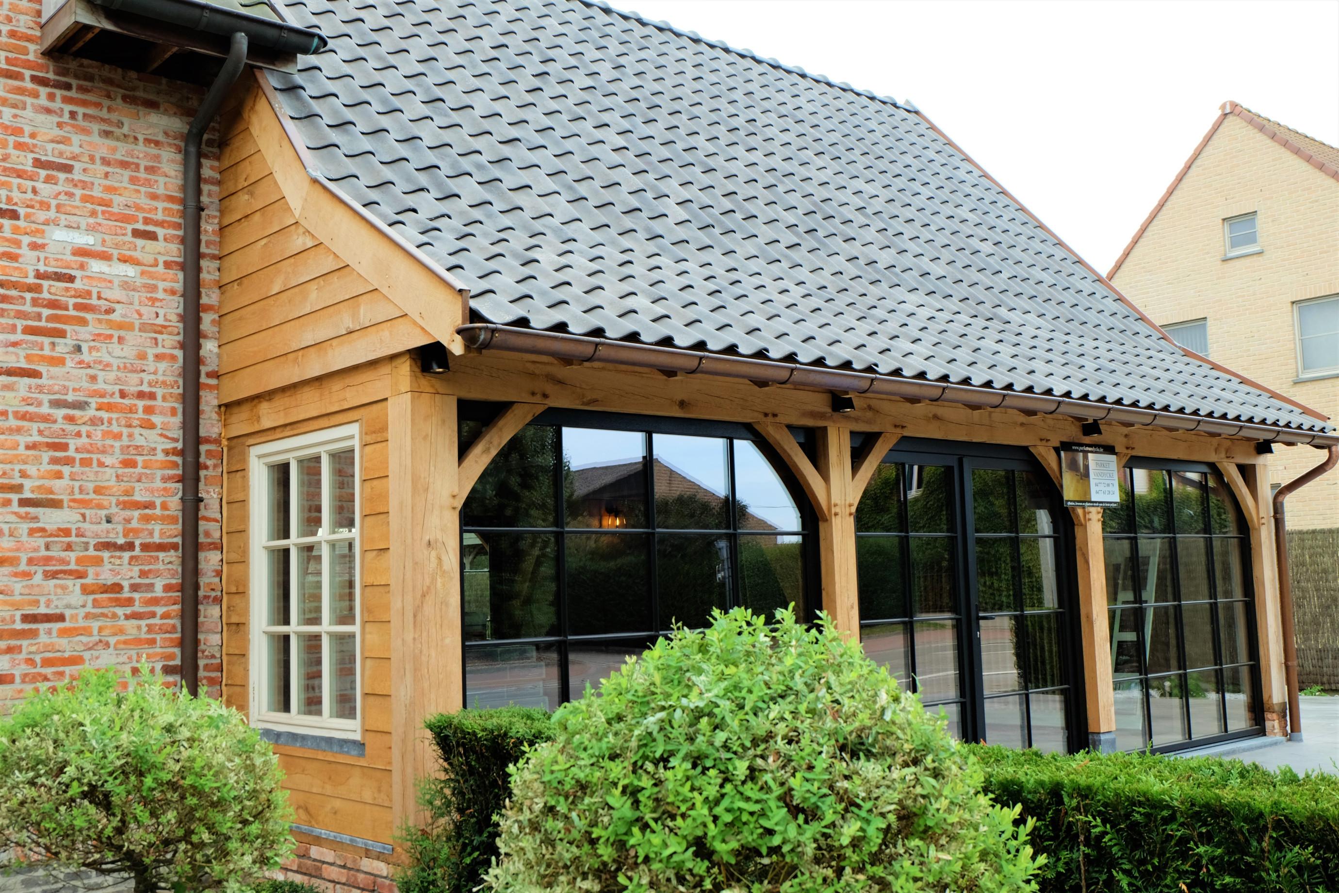Deze prachtige houten aanbouw in landelijke stijl werd deskundig gerealiseerd door Vanhauwood. Voor de opbouw van de eiken aanbouw werd gebruik gemaakt van een op maat gemaakt eiken bouwpakket vervaardigd door Cornelis Hout.