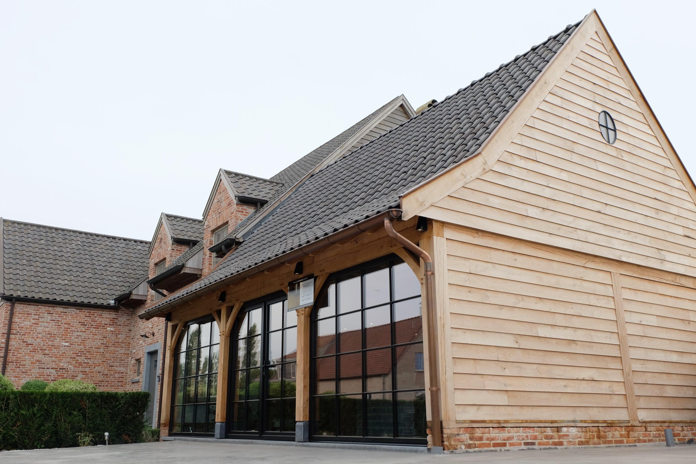 Eiken aanbouw met staalramen - Plaatsing & afwerking door Vanhauwood - Eiken bouwpakket door Cornelis Hout.jpg