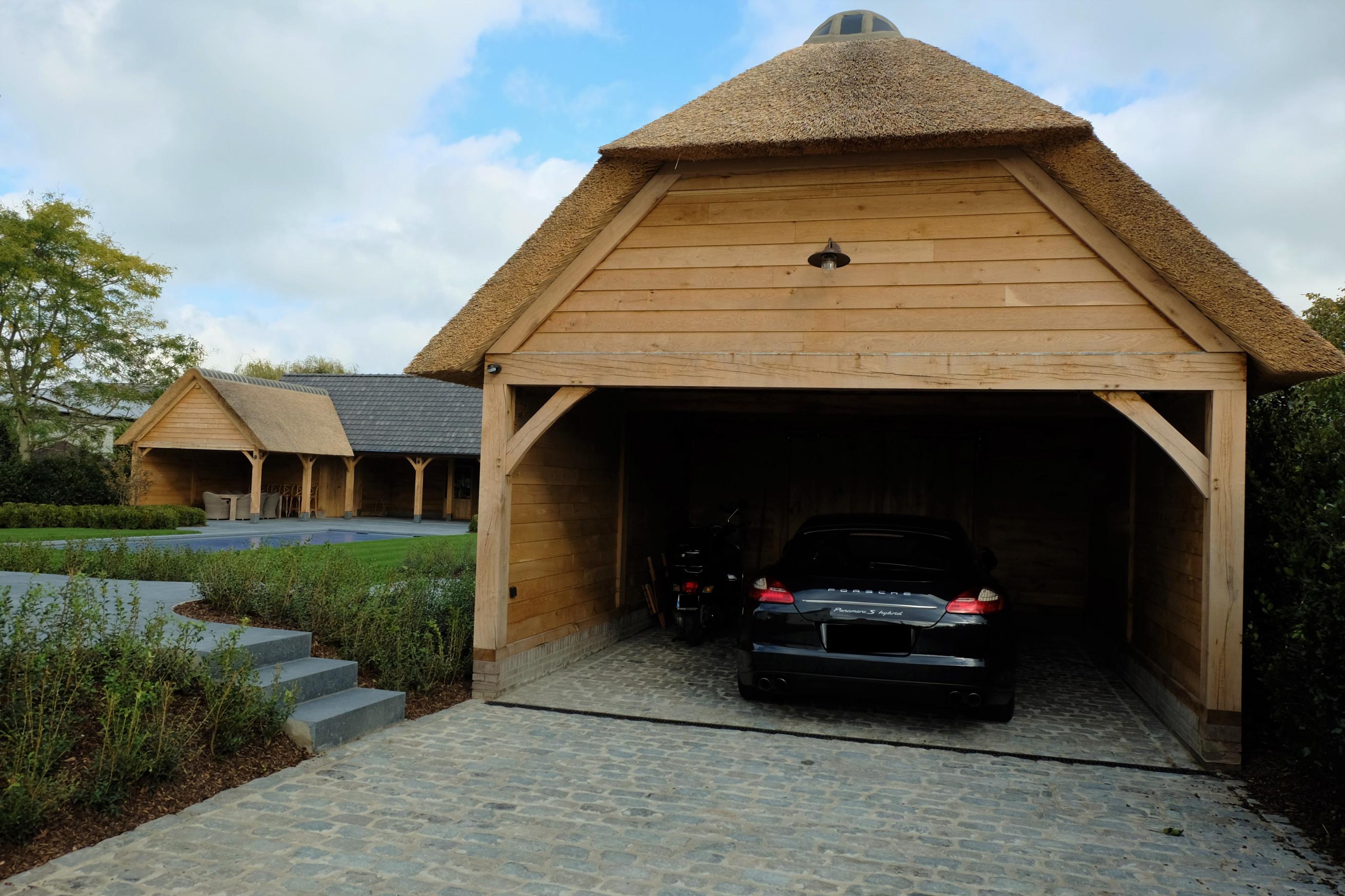 Dit prachtig rustieke eiken bijgebouw en poolhouse werden deskundig gerealiseerd door Vanhauwood met behulp van het eiken bouwpakket vervaardigd door Cornelis Hout.