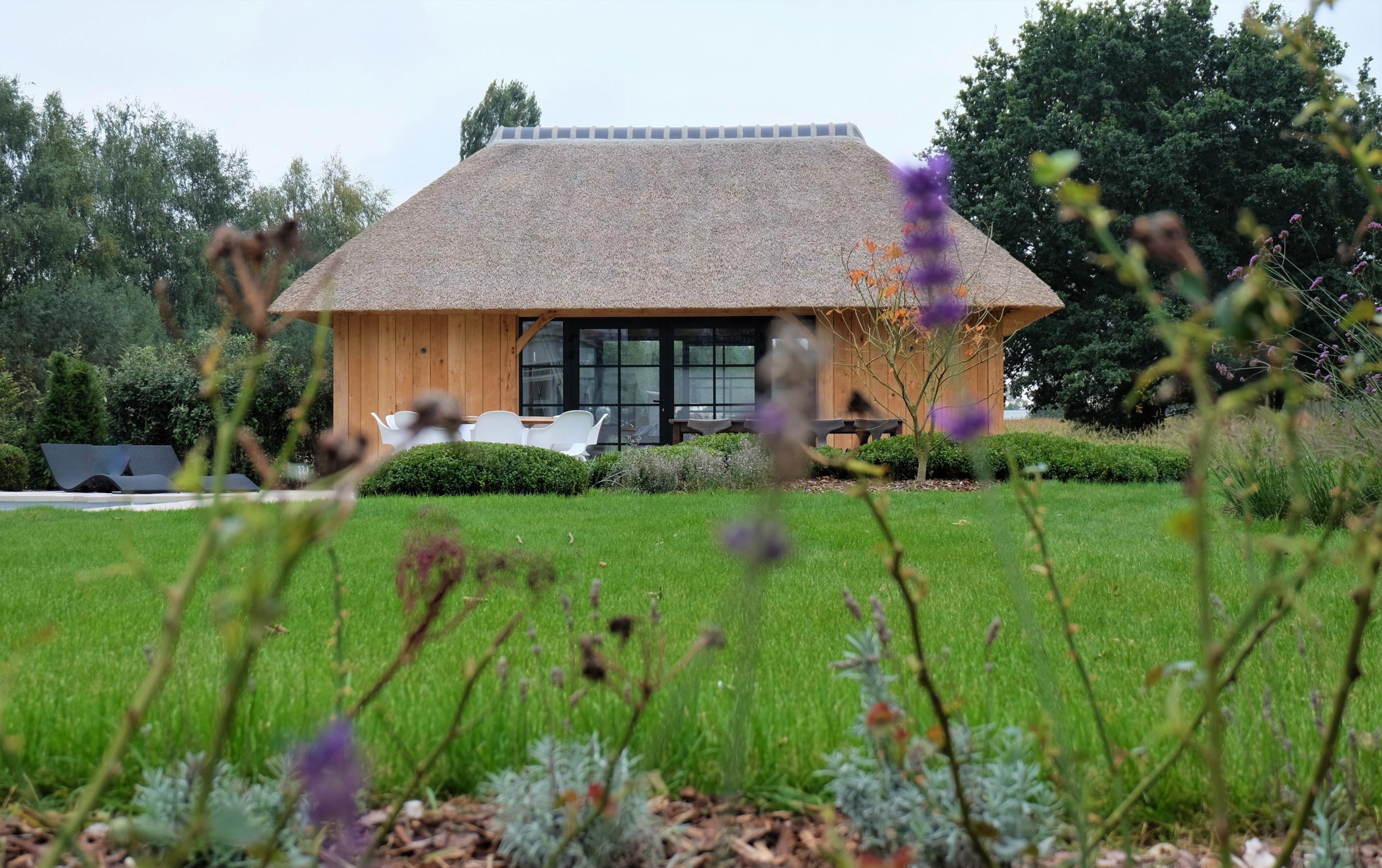 Dit prachtig rustieke eiken bijgebouw en poolhouse werden deskundig gerealiseerd door Vanhauwood. Voor de structuur maakten ze gebruik van het eiken bouwpakket vervaardigd door Cornelis Hout.