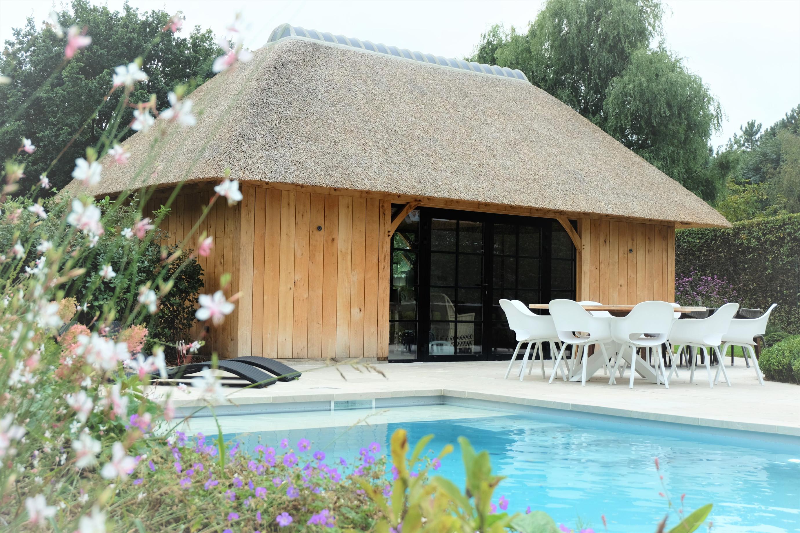 Eiken poolhouse aan zwembad - Vanhauwood in samenwerking met Cornelis Hout.jpg