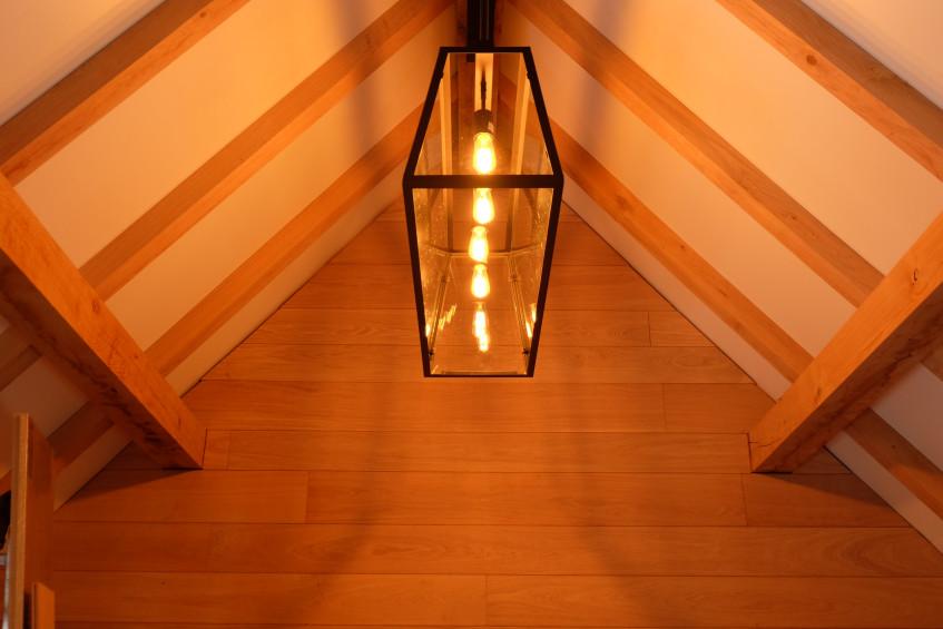 Landelijk strakke verlichting in eiken bijgebouw - Vanhauwood in samenwerking met Cornelis Hout.jpg